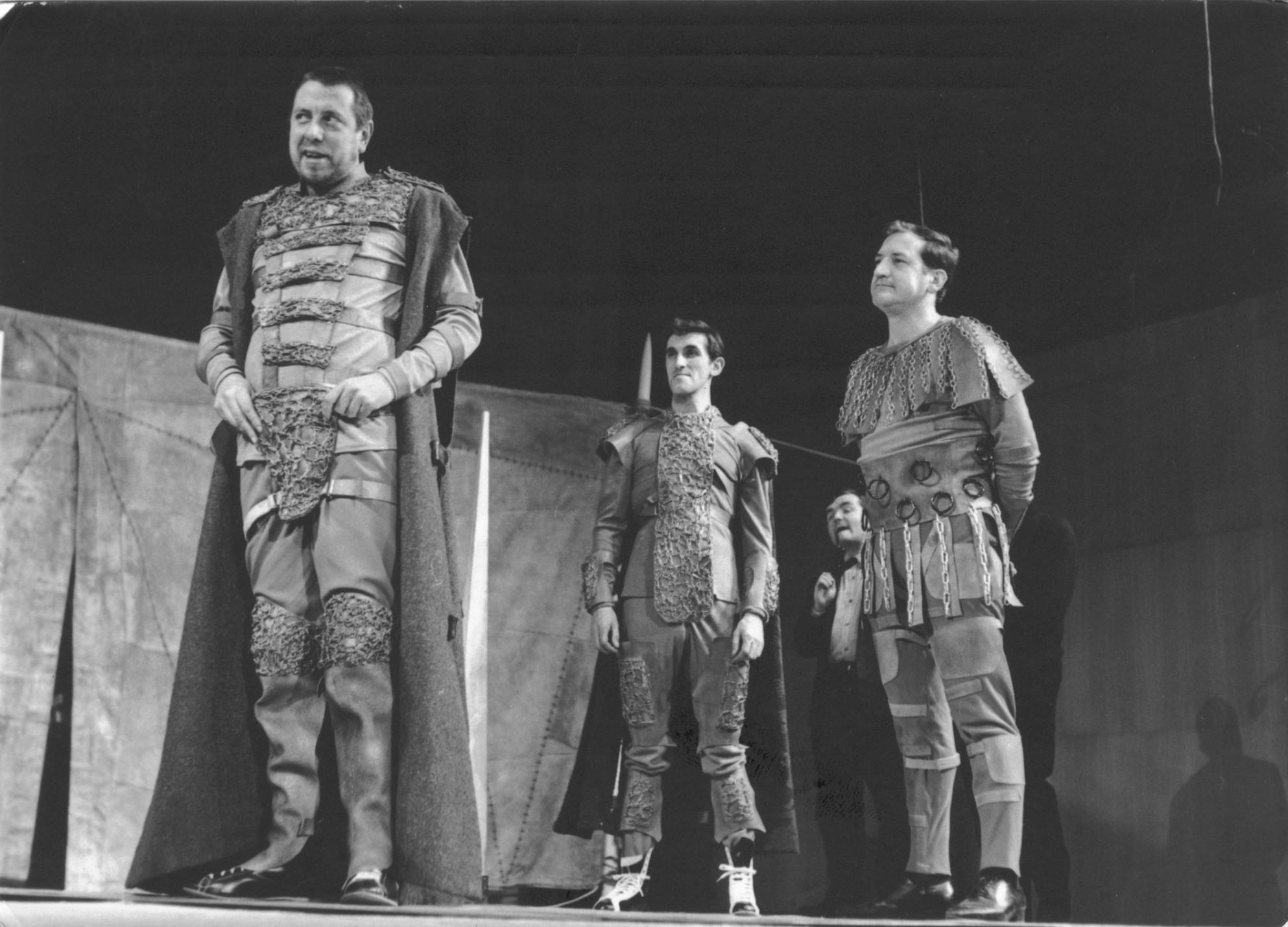Агамемнон (Жак Алрич), Менелай (Жиллес Шавассэ) и Аякс (Жорж Стракэ) в постановке Р. Планшона «Троила и Крессида» в Лионе